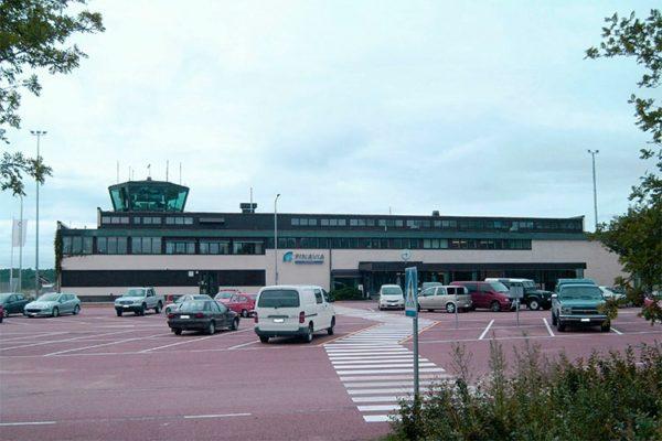 Прибыв в аэропорт Лаппеенранты на автомобиле, направляйтесь по указателю на парковку