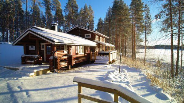 Дом у озера Финляндии зима