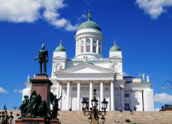 Перед дворцом стоит памятник одному из президентов Финляндии, Урхо Кекконену