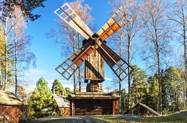 В городе есть раскинувшийся под открытым небом парк-музей Сеурасаари