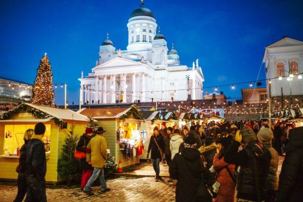 Перед собором проводят рождественские ярмарки и праздники