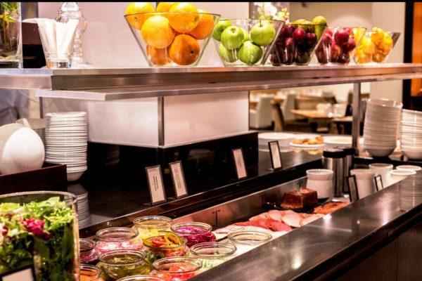Посетителям предлагается завтрак типа «шведского стола», возможна доставка завтрака в номер