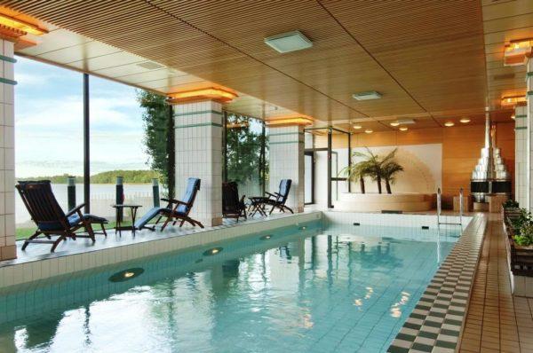 На территории отеля посетители найдут спа, различные бассейны, включая даже бассейн с тёплой водой, сауну, уютный ресторан и др.