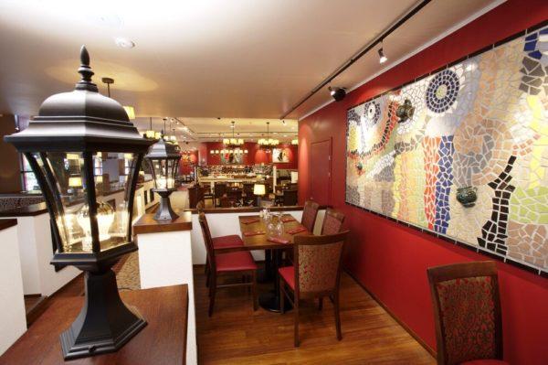 В другое время можно перекусить в уютном ресторанчике отеля, оформленном в испанском стиле