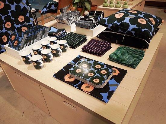 Кроме того, тут можно, помимо одежды, «запастись» домашним текстилем Маримекко. В ассортименте: постельные принадлежности, разнообразные кухонные наборы и комплекты для ванной комнаты
