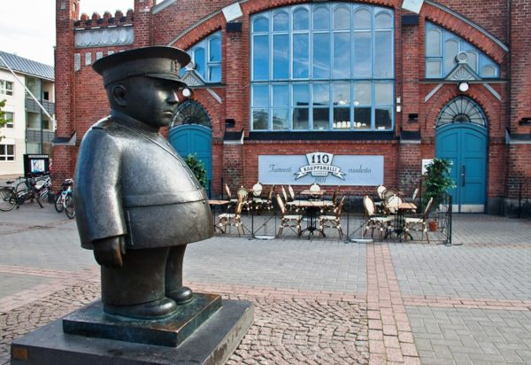 Символом Оулу считается рыночный полицейский, его статуя находится прямо около входа на рынок Кауппатори