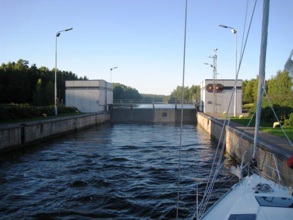 Всего за время путешествия по Сайменскому каналу судно поднимаются на целых 80 метров
