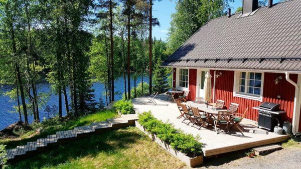 Много наших соотечественников, снимают коттедж у озера, для того, чтобы половить рыбу и отдохнуть на природе с семьей или друзьями