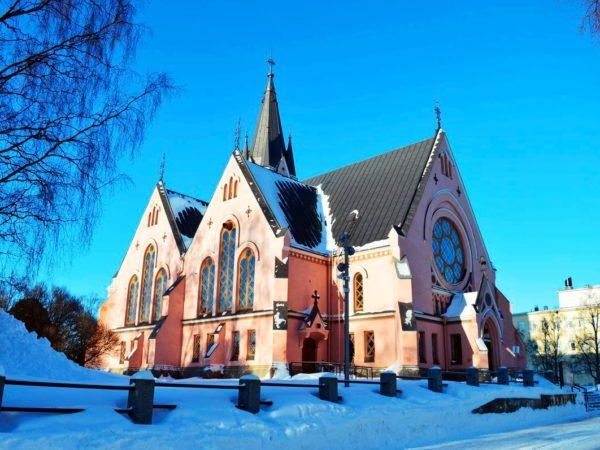 Главный материал, из которого построена церковь – розовый кирпич