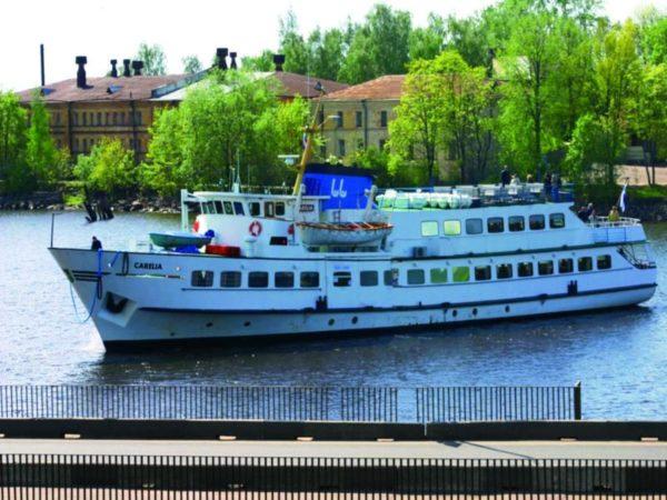 В летнее время, по финской части канала, без пересечения границы ходят два прогулочных теплохода «Камилла» и «Эль Фаро»