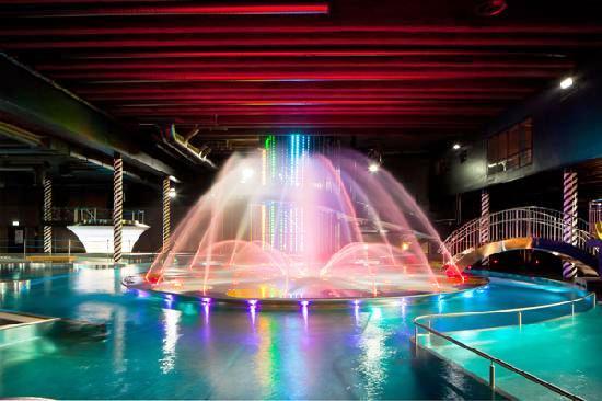 Каждые полчаса световое шоу фонтанов в сопровождении музыки