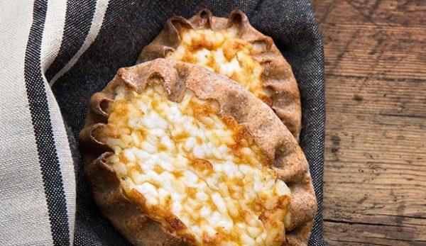 Коронным блюдом местных являются пирожки, заправленные ветчиной и вареным яйцом – «Ветю» и «Атоми»