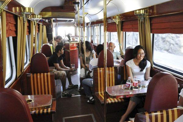 Обстановка трамвая поистине «царская» - шикарные кресла и столики, ничем не напоминают сиденья общественного транспорта