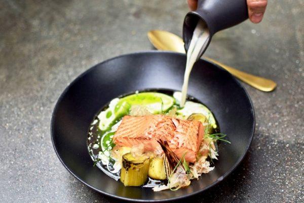 Славится Fisken på Disken идеально приготовленным тартаром, вкуснейшими чипсами из судака с орехами