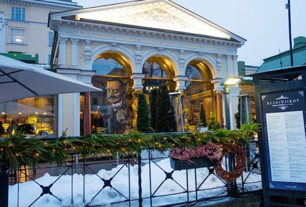 """В центре города есть прогулочная аллея – это парк Эспланады, а в нем знаменитый рнсторан """"Сибелиуса"""" Kappeli, вот оно, с изображением композитора на входе"""