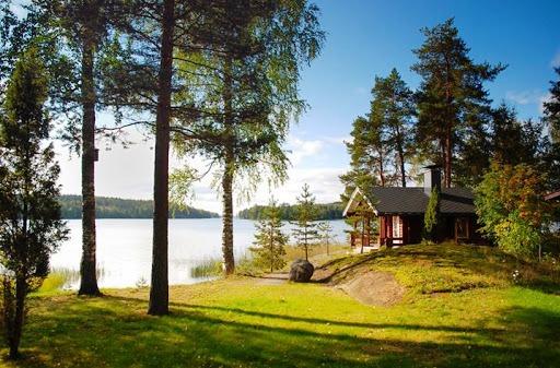 Летом в Финляндии светло даже по вечерам и по ночам, потому что солнце заходит поздно ночью и восходит очень рано