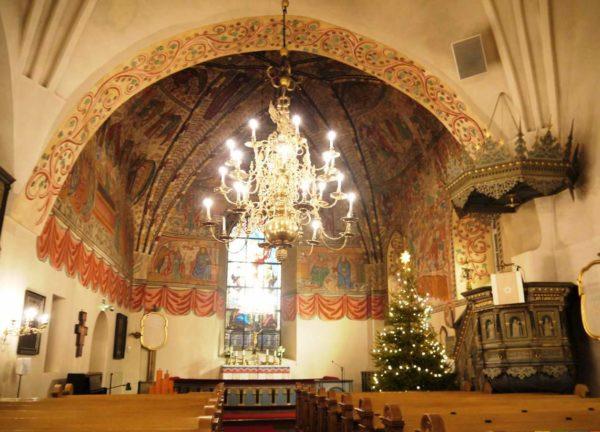 Красота церковного убранства просто завораживает, особенно её цветные фрески, написанные во времена финского католицизма