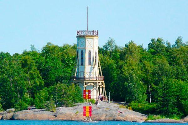 Из прочих достопримечательностей города можно отметить (Kiikartorni) - деревянную башню, откуда открывается красивый вид на бухту Сувярауманлахи, здесь также можно приобрести сувениры