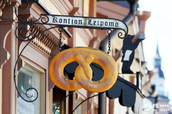 В старом городе очень много магазинов, ресторанов и кафе, также есть свои старые пекарни, выпечку которых невозможно повторить в других местах