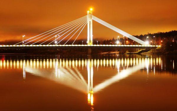 Мост Яткян Кюнттиля, известный также под именем «свеча сплавщика», в темное время суток представляет собой поистине восхитительное зрелище