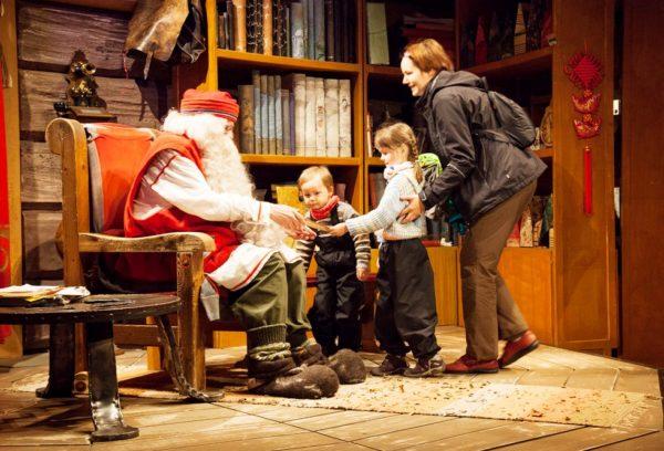 Йоулупукки чрезвычайно любит встречать своих маленьких гостей – не премините нашептать ему на ушко пару заветных желаний