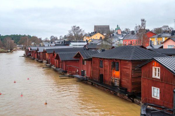 Туристы всего мира едут сюда только ради красных амбаров, которые раскинулись вдоль берега реки Порвоонйоки