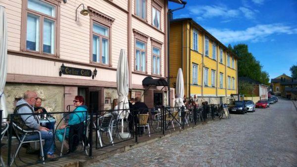 В городе много кафе и ресторанчиков, где вас очень вкусно накормят